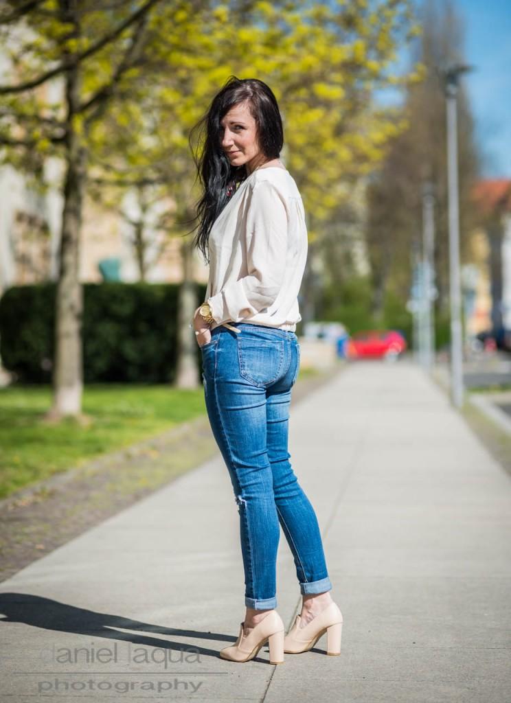 Dresscode of the day : weiße Bluse und ripped Denim