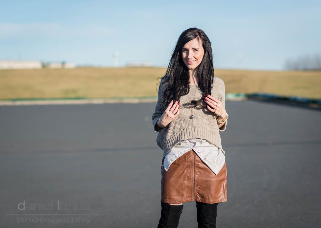 Dresscode of the day : brauner Lederrock trifft schwarze Overknees