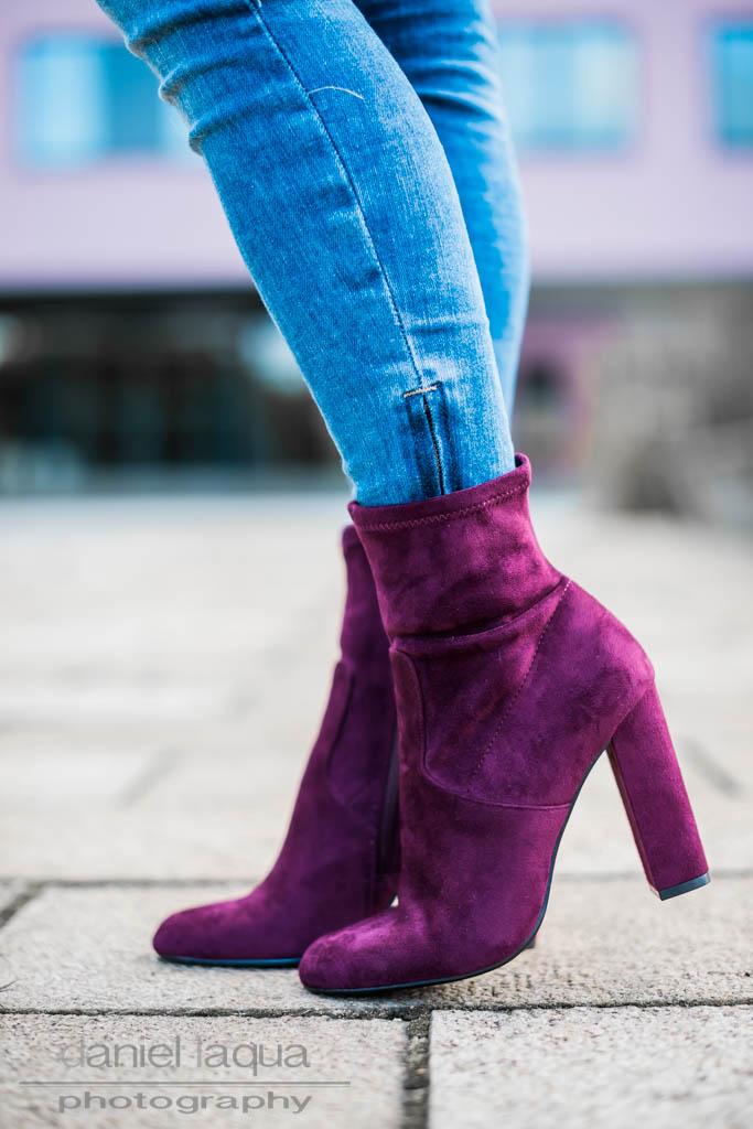 Burgundy touch : Spitzenkleid, Jeans und Stiefeletten