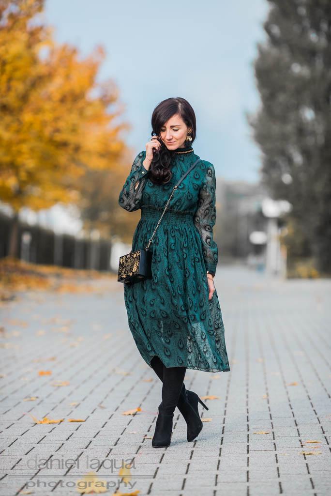 Emerald peacock <br> <em> Kleid von Dezzal </em>