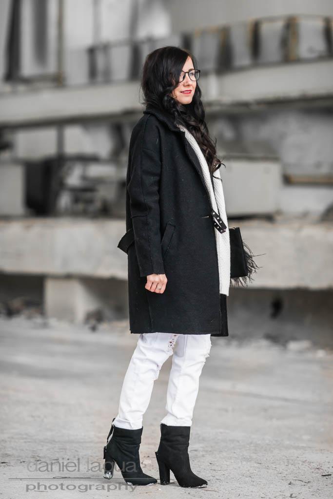 Monochrome <br> <em> Outfit </em>