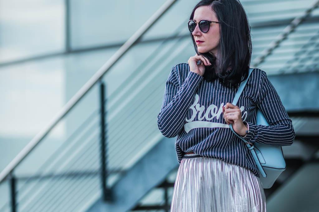 Outfit Baseball Shirt & Plissee Rock Julies Dresscode Fashion Blog