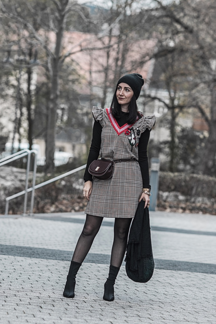 Outfit: Karokleid mit Patches & schwarze Sockpumps Julies Dresscode Fashion Blog