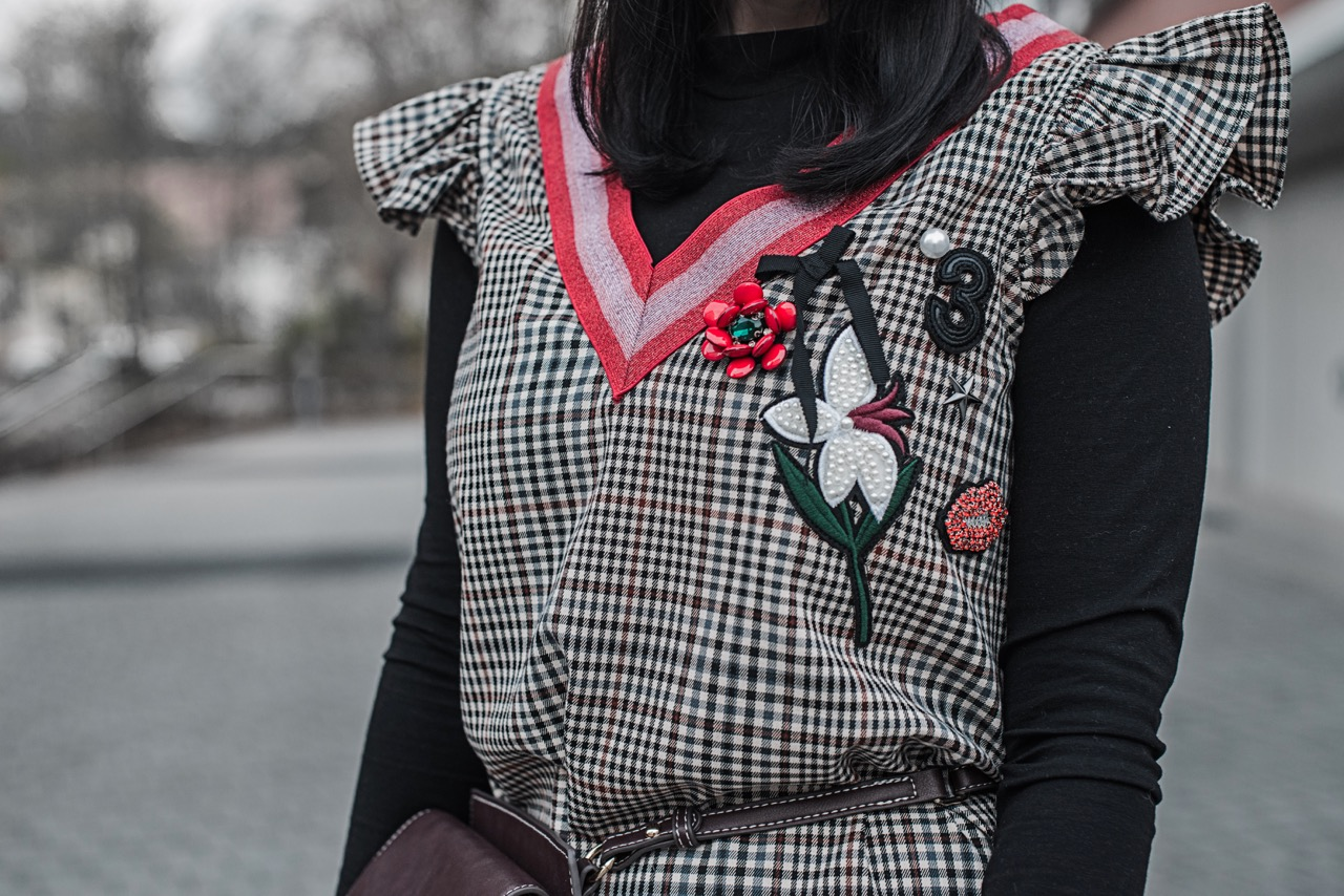 Outfit Karokleid mit Patches & schwarze Sockpumps - Julies Dresscode