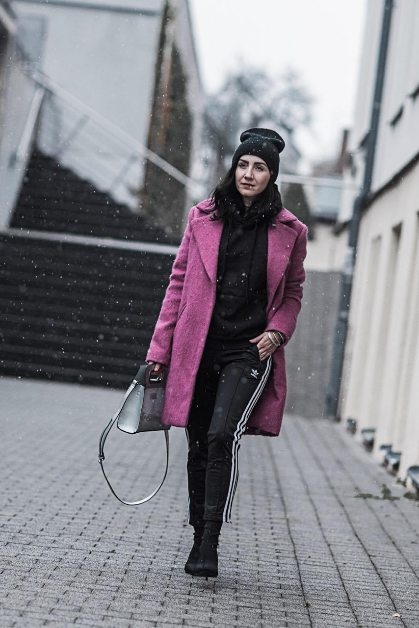 Pink als Eyecatcher Outfit mit Adidas Pants und Reserved Mantel Julies Dresscode Fashion Blog
