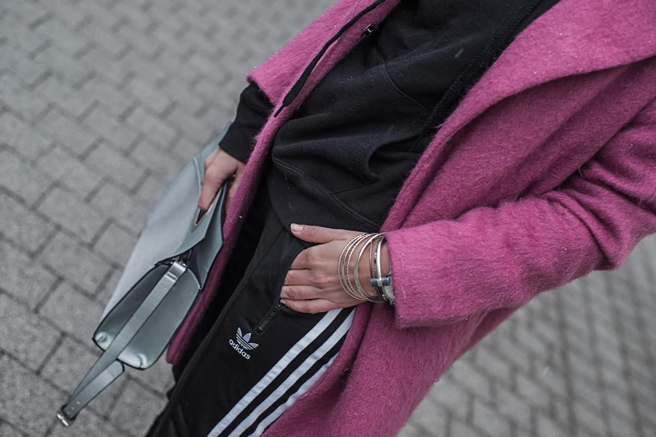 Pink als Eyecatcher <br> Outfit mit Adidas Pants und Reserved Mantel