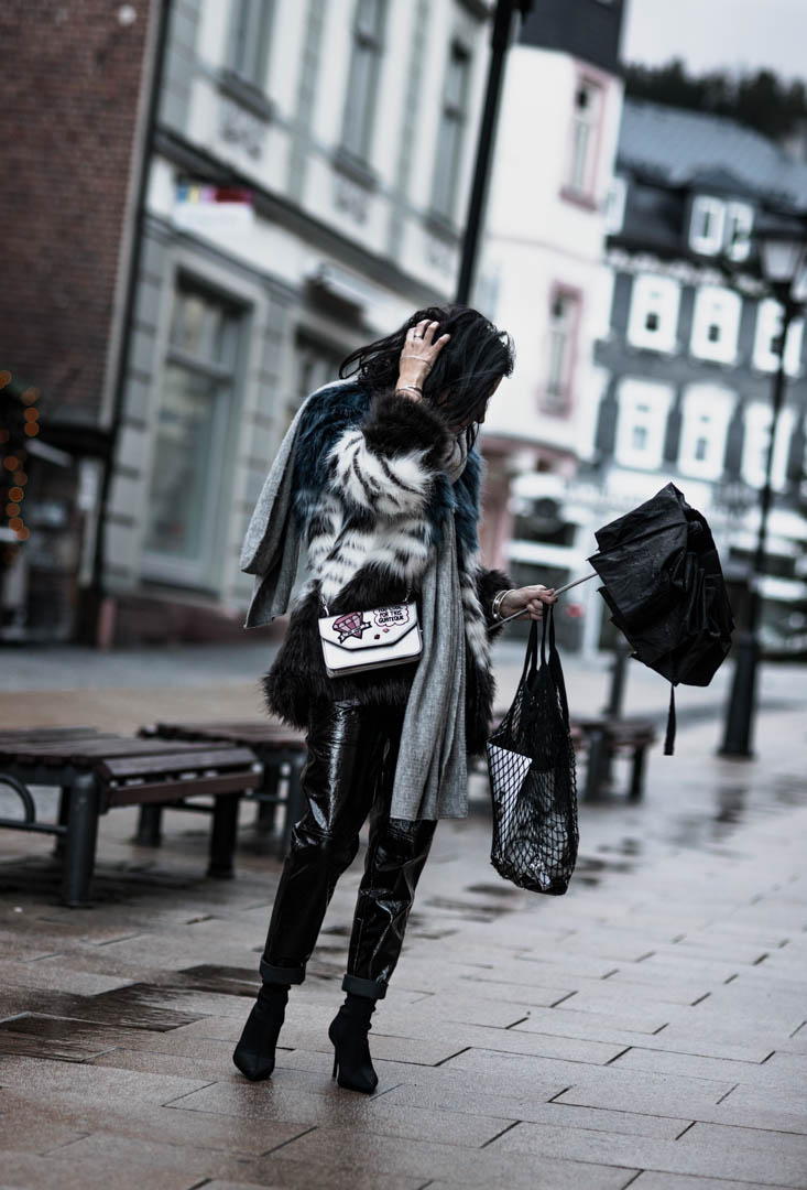 Vinyl Pants und Fake Fur Jacke alles zum Vinyl Trend Julies Dresscode Fashion Blog