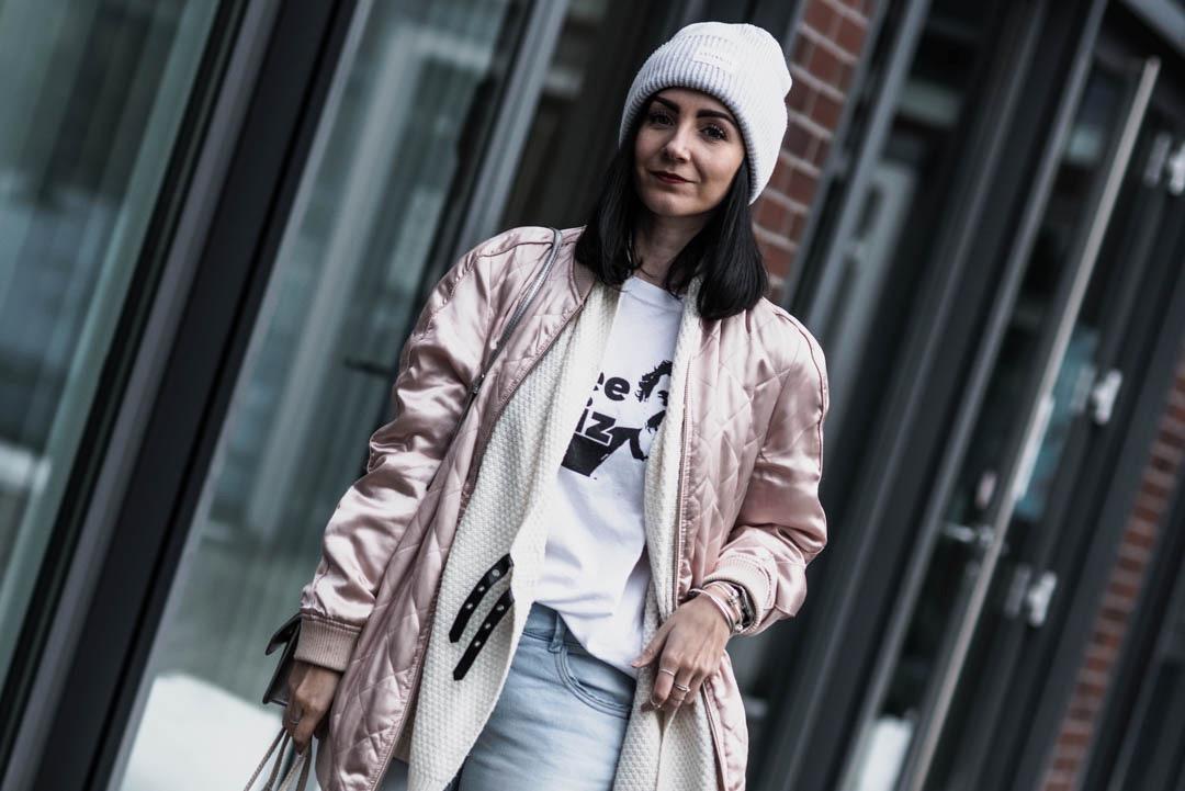 Outfit für milde Wintertage <br> mit glänzender Bomberjacke und silbernen Boots