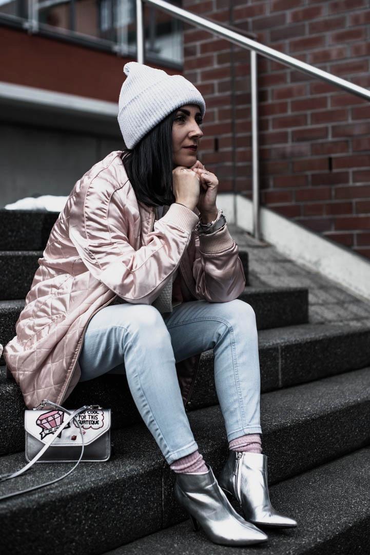 Outfit für milde Wintertage mit glänzender Bomberjacke und silbernen Boots Julies Dresscode Fashion Blog