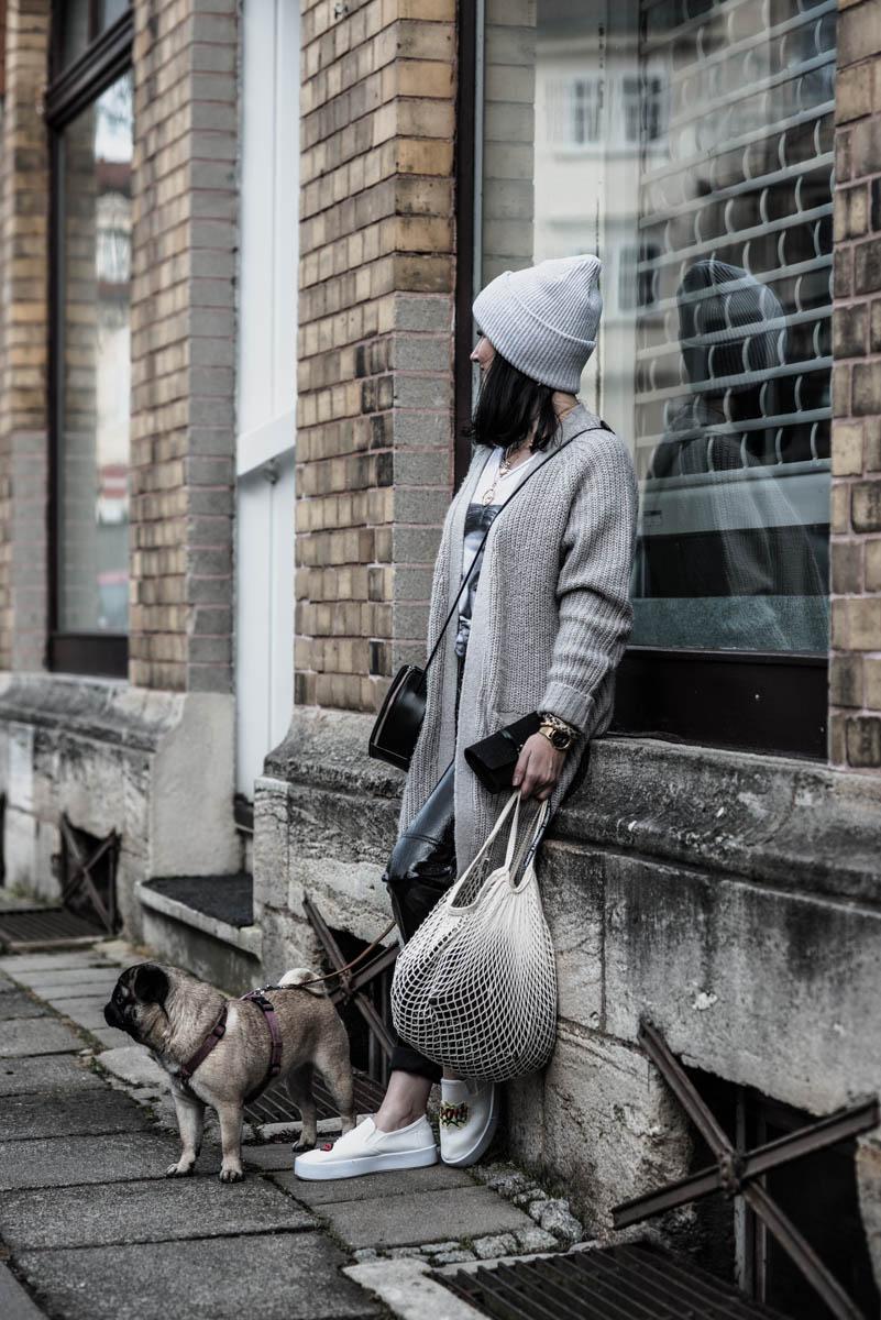 So tragen wir Vinyl-Pants im Frühling Julies Dresscode Fashion Blog