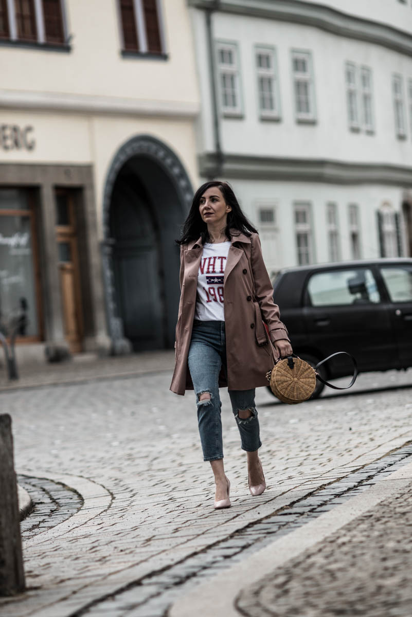 Frühlings-Outfit für Petites mit Trenchcoat & Mom-Jeans Julies Dresscode Fashion Blog