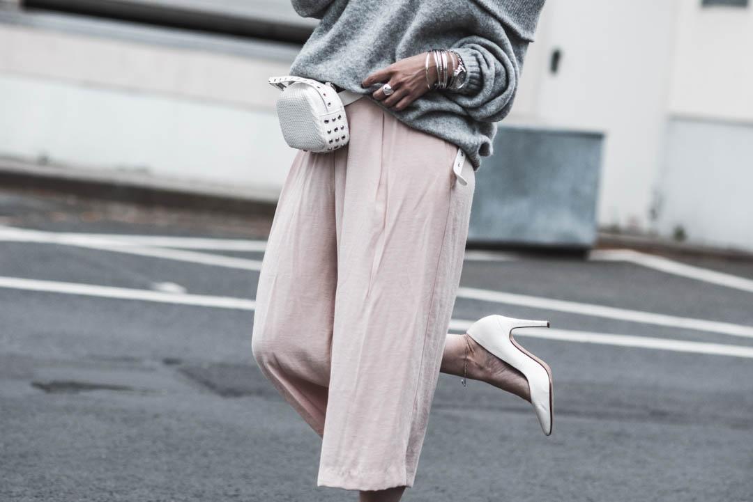 Frühlingsoutfit mit Culottes, Off-Shoulder Pullover und weißer Belt Bag