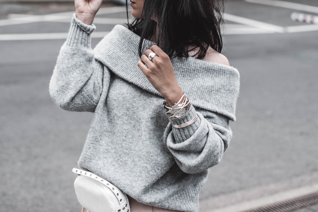 Frühlingsoutfit mit Culottes, Off-Shoulder Pullover und weißer Belt Bag Julies Dresscode Fashion Blog