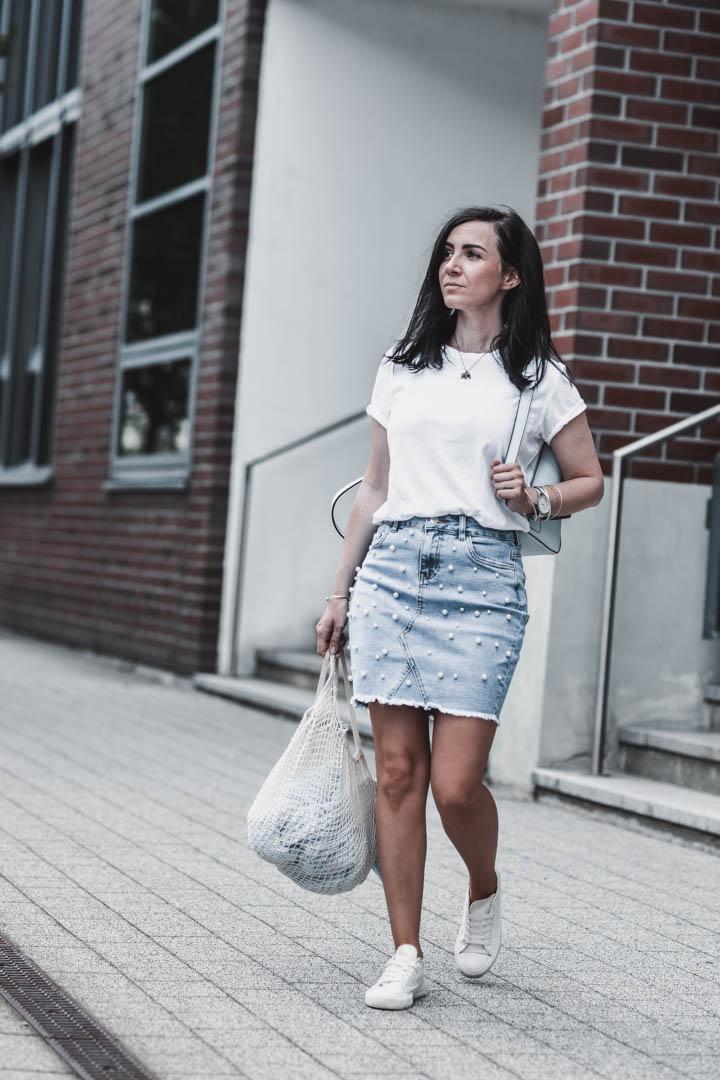Sommeroutfit mit Jeansrock mit Perlen und Basic Shirt Julies Dresscode Fashion & Lifestyle Blog