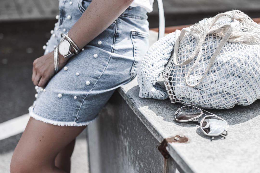 Sommeroutfit mit Jeansrock mit Perlen und Basic Shirt