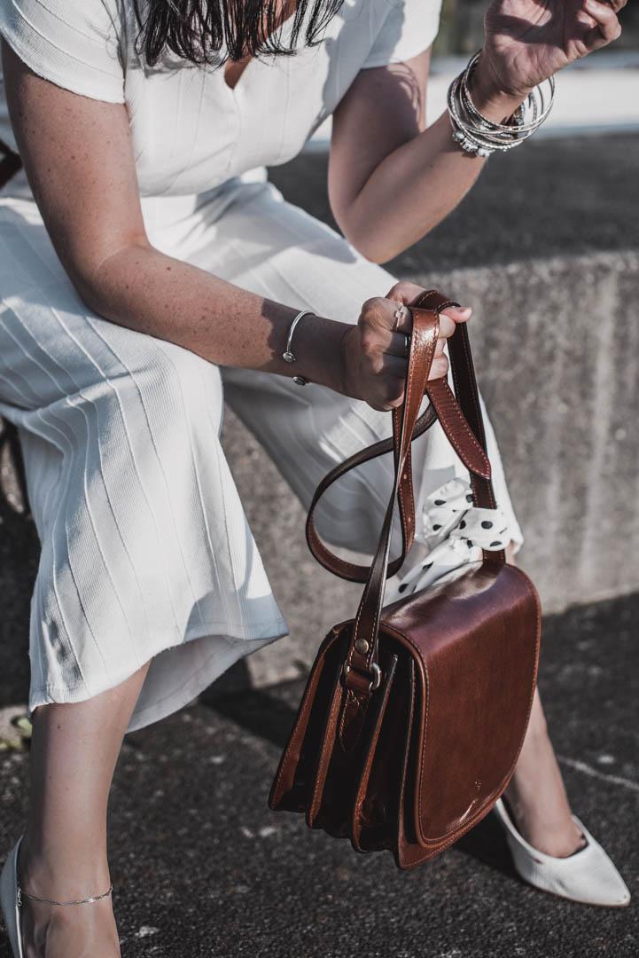 Sommerlook mit weißem Jumpsuit und Lederhandtasche von Maxwell Scott Julies Dresscode Fashion & Lifestyle Blog