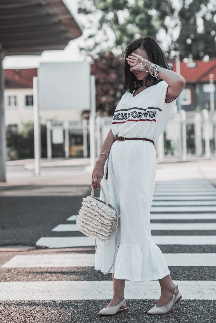 Athleisure Look für den Sommer mit Shirtkleid und Fransentasche Julie Dresscode Fashion & Lifestyle Blog