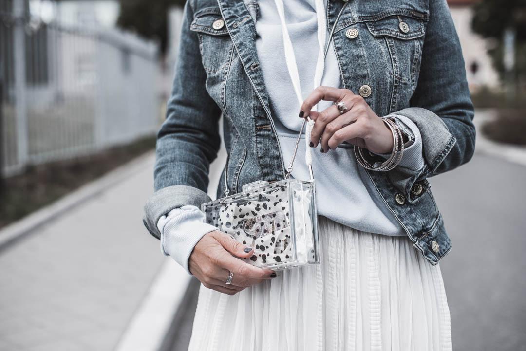 Plisseeröcke casual stylen - Outfit mit Hoodie, Faltenrock & Jeansjacke - Julies Dresscode