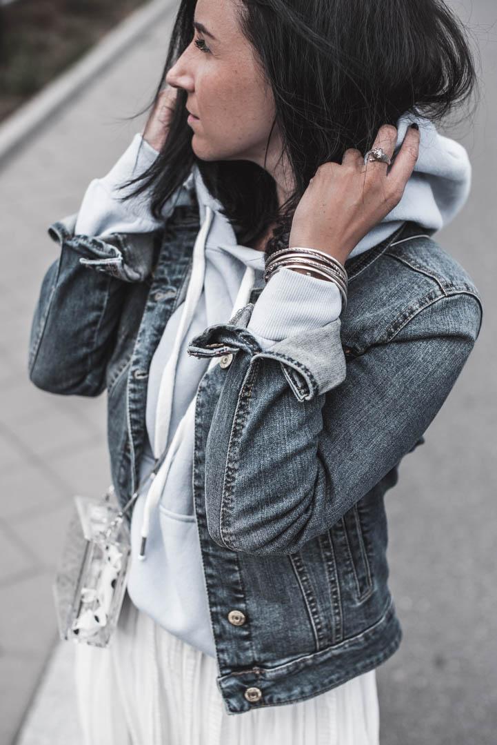 Plisseeröcke casual stylen - Outfit mit Hoodie, Faltenrock & Jeansjacke Julies Dresscode Fashion & Lifestyle Blog