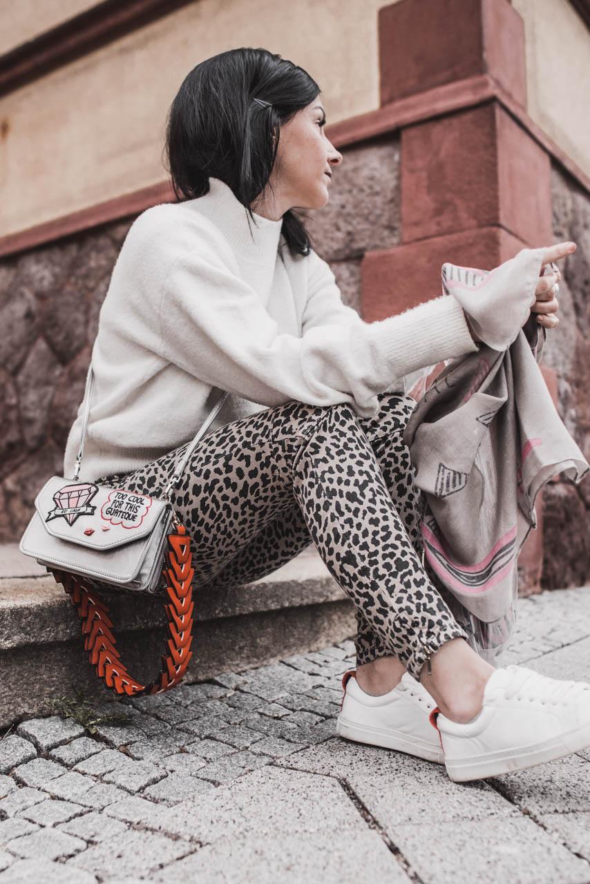 Streetstyle Look mit Leo Print Hose von SOCCX Julies Dresscode Fashion & Lifestyle Blog