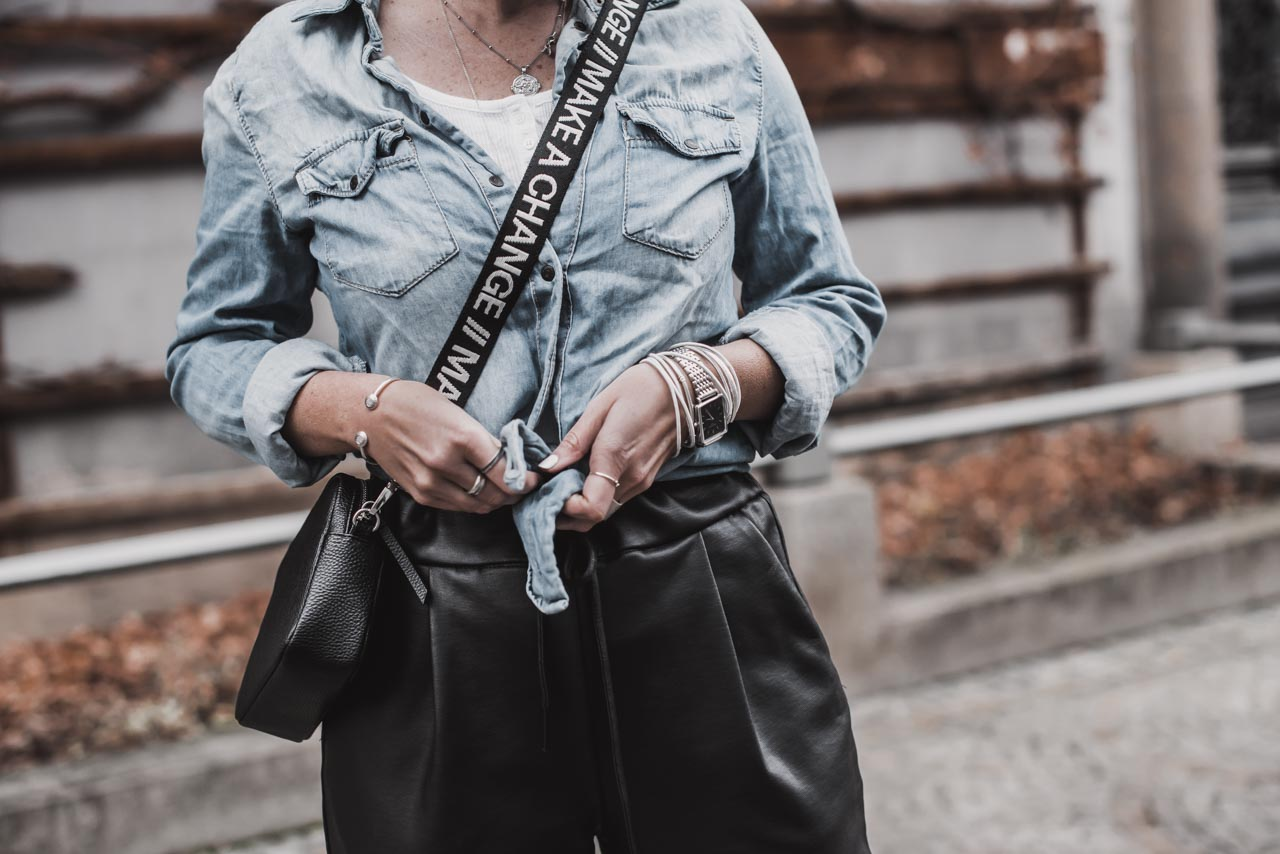 So gut lassen sich Denim und Leder kombinieren - Julies Dresscode
