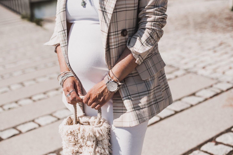Ohne Umstandskleidung durch die Schwangerschaft